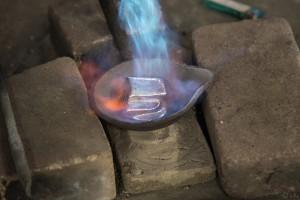 鋳物工房 利三郎 錫を溶かします