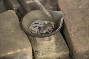 鋳物工房 利三郎 不純物の除去