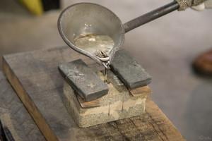 鋳物工房 利三郎 錫の流し込み