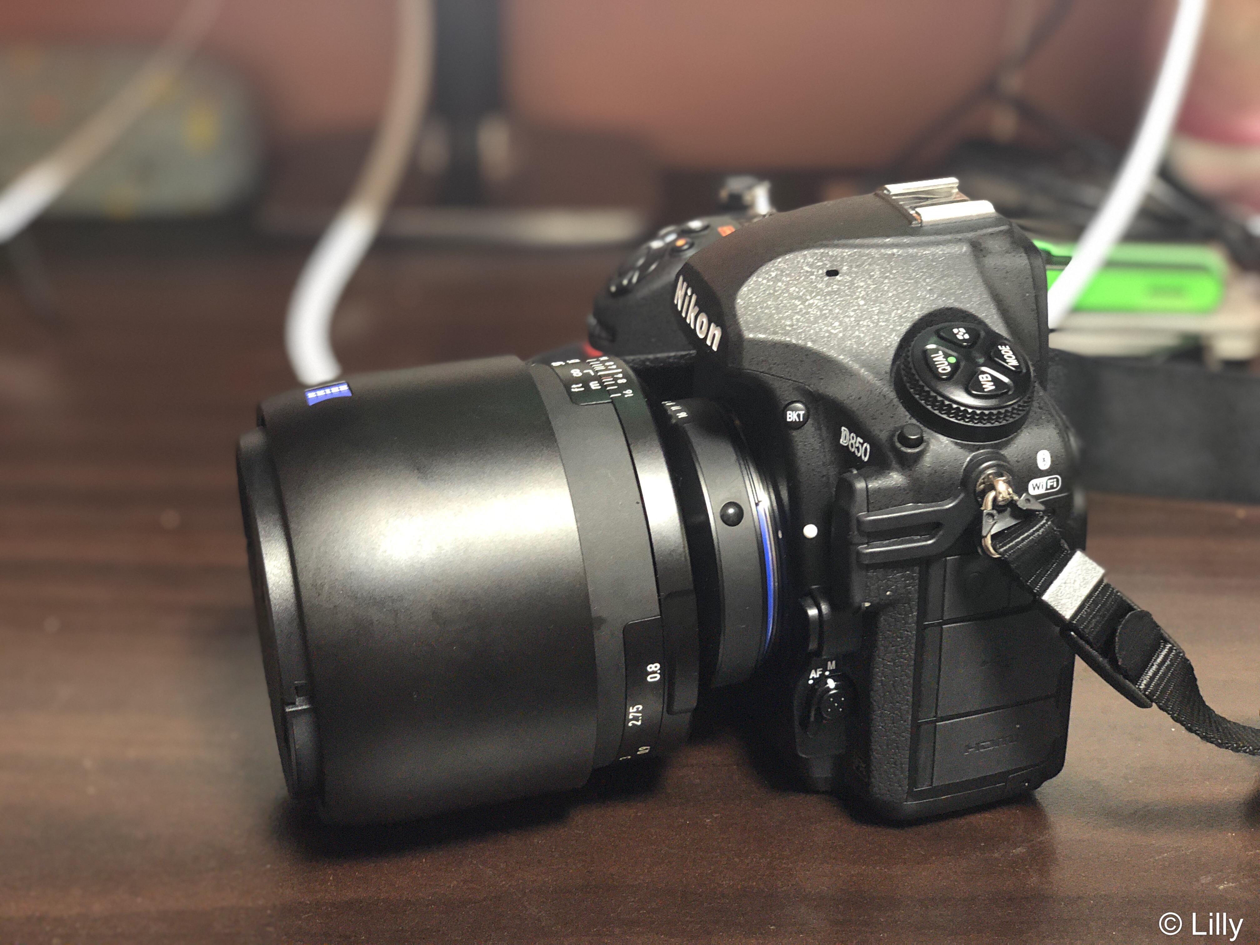 D850とZEISS Milvus 1.4/85 レンズフード収納時